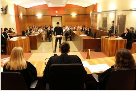 Photographie d'une classe de première reconstituant un vrai/faux procès